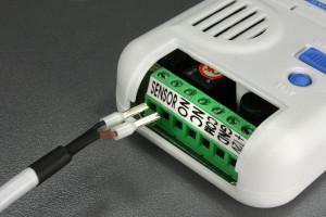 1PRO vuoto- ja kosteushälytin sensorin johdon kiinnitys keskusyksikköön