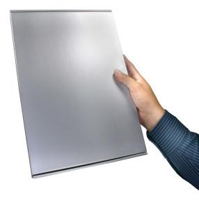 1PRO vuotohälyttimen VIP- asiakas lahjapakkaus sivusta kädessä